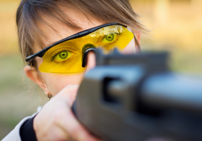 4012874-a-young-girl-with-a-gun-for-trap-shooting-and-shooting-glasses